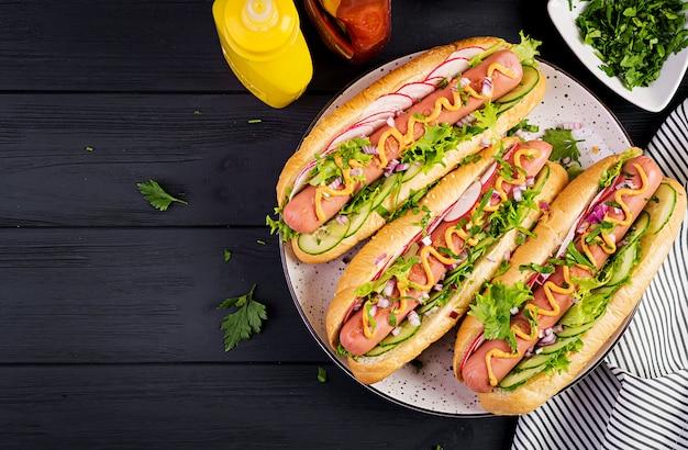Hot-dog avec saucisse, concombre, radis et laitue