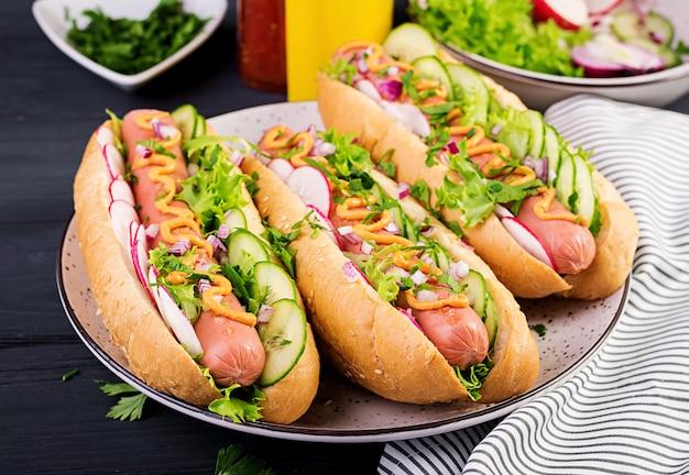 Hot dog avec saucisse, concombre, radis et laitue