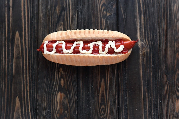 Hot-dog sur table en bois