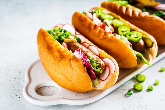 Hot dogs avec différentes garnitures