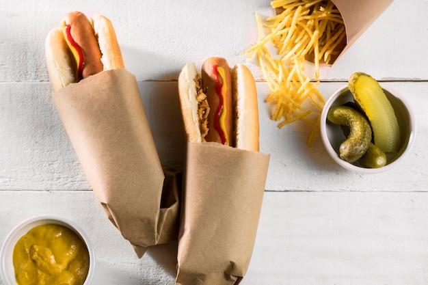 Hot dogs emballés avec des cornichons