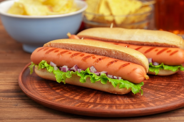Hot dogs sur fond en bois