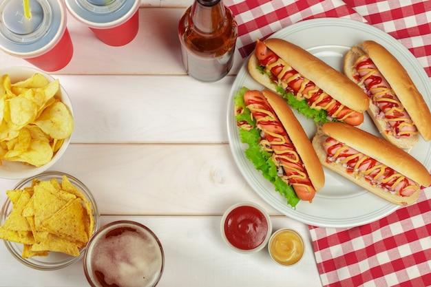 Hot dogs sur fond de bois
