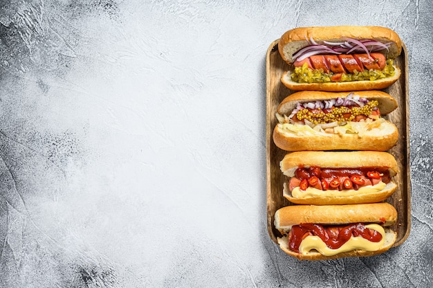 Hot-dogs avec garnitures assorties