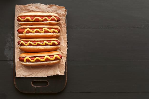 Hot dogs grillés à la moutarde américaine
