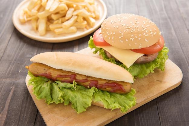 Hot dogs, hamburgers et frites sur le bois