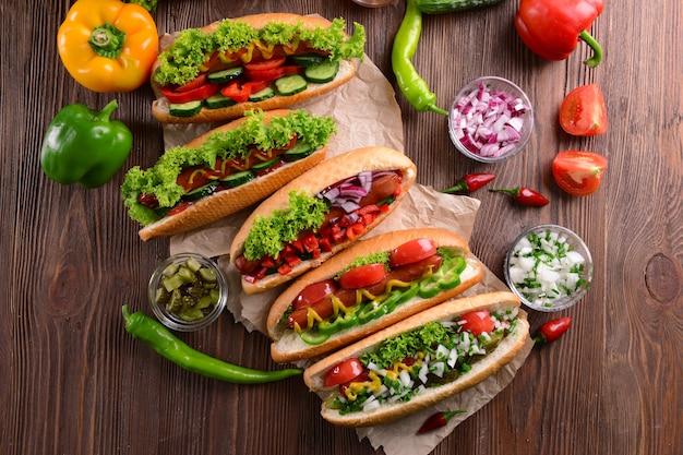 Hot-dogs et légumes sur papier kraft libre