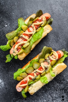 Hot-dogs maison avec légumes, laitue et condiments.