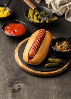 Hot dogs avec sauce high angle