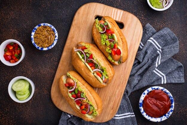Hot-dogs avec sauces à la saucisse et légumes