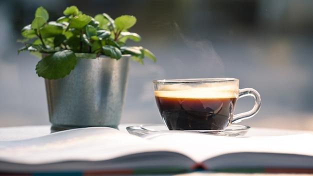 Hot tasse de café noir sur la table