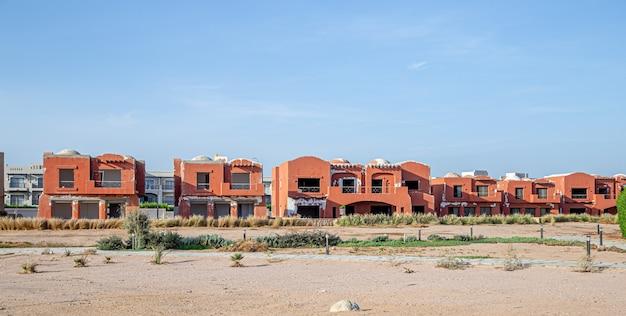 Un hôtel abandonné, dans un endroit désert. crise touristique pendant la pandémie de coronavirus.