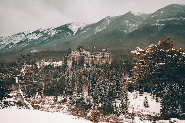 Hôtel banff springs et montagnes rocheuses canadiennes à alberta, canada