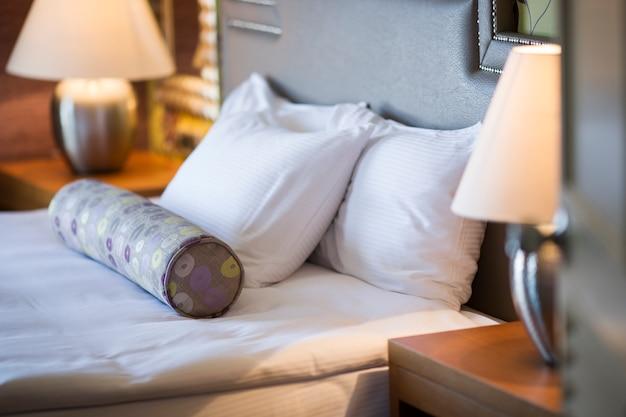 Hôtel chambre avec des draps blancs