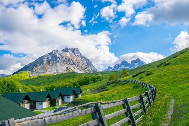 Un hôtel de loisirs dans les montagnes komovi monténégro