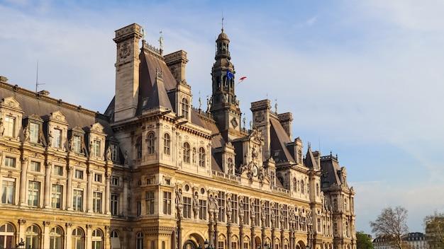 Hôtel de ville au coucher du soleil la municipalité de paris france avril