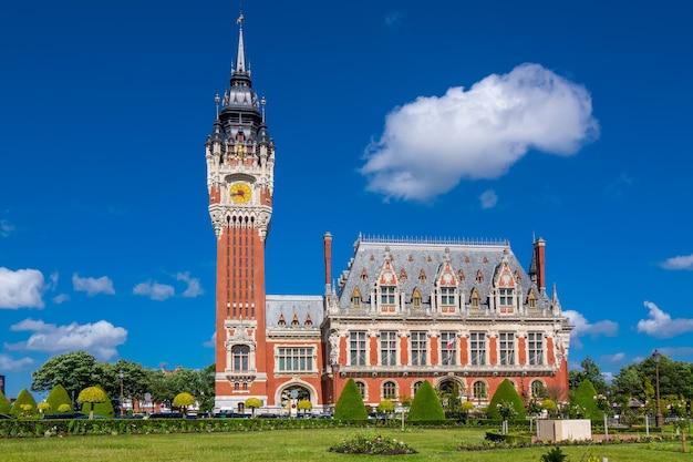Hôtel de ville de calais, vue sur le bâtiment du parlement, normandie, france