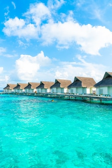 Hôtel de villégiature tropical aux maldives et île avec plage et mer pour concept de vacances de vacances
