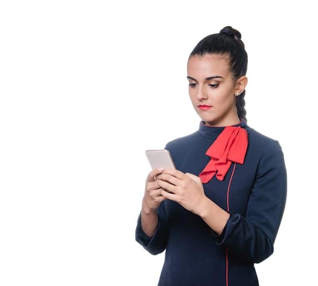 Hôtesse de l'air à l'aide de téléphone sur fond blanc