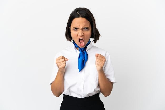 Hôtesse de l'air sur fond isolé frustré par une mauvaise situation