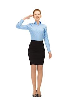 Hôtesse de l'air heureuse et souriante faisant un geste de salut