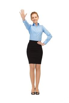 Hôtesse de l'air heureuse et souriante faisant un geste de salutation