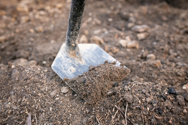 Une houe pour creuser le sol pour construire un petit canal ou faire un potager.