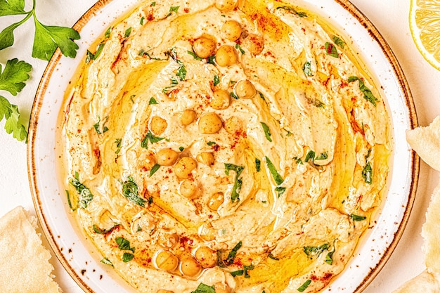 Houmous à base de pois chiches aux épices et persil sur une assiette