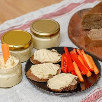 Houmous crémeux maison sain avec légumes et pain