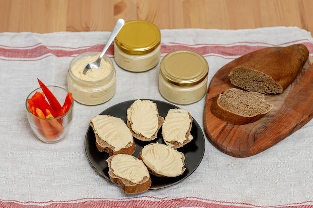 Houmous crémeux maison saine avec vegatables et pain sur table