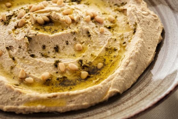 Houmous délicieux avec des pignons de pin et de l'huile d'olive