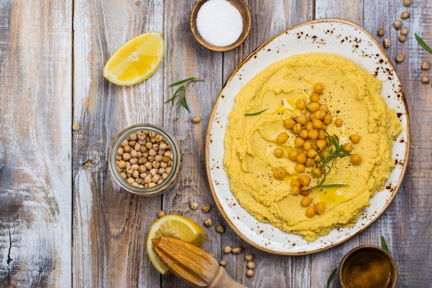 Houmous traditionnel sur un plat