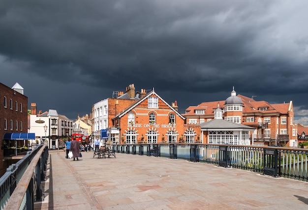House on the bridge public house à windsor avec l'approche de la tempête
