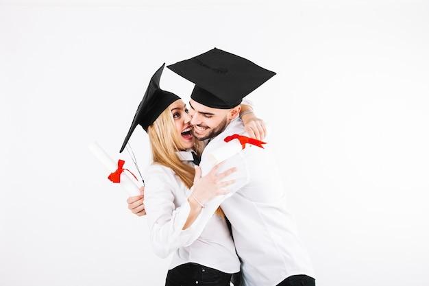 Hppy couple célébrant l'obtention du diplôme