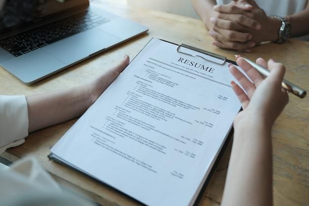 Hr audit curriculum vitae postulant et entretien avec le postulant pour la sélection des ressources humaines à la compagnie. discuter des concepts de l'entretien d'embauche.
