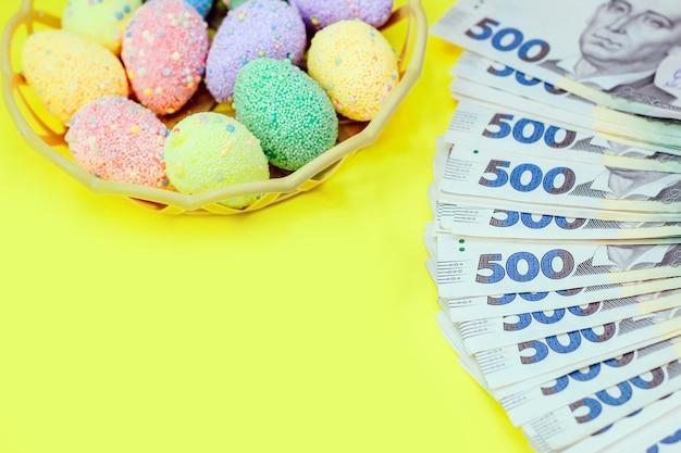 Hryvnia d'argent ukrainien d'une valeur nominale de 500 uah avec des œufs multicolores de pâques.