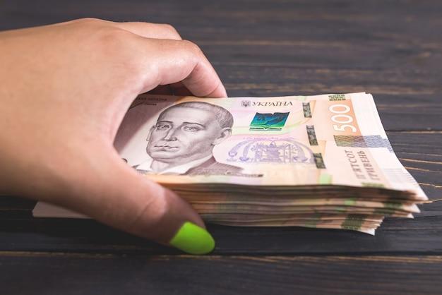 Hryvnia ukrainienne, nouveaux billets de 500 hryvnia dans la main d'une femme. hryvnia (uah).