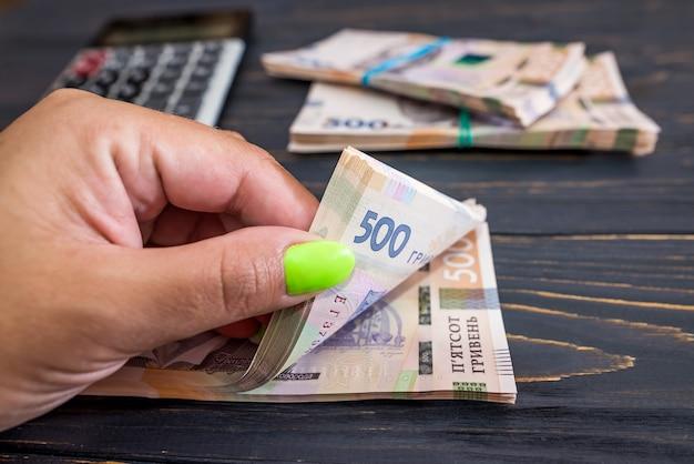 Hryvnia ukrainienne, nouveaux billets de 500 hryvnia. gros plan sur hryvnia (uah). contexte financier. la main compte de l'argent.