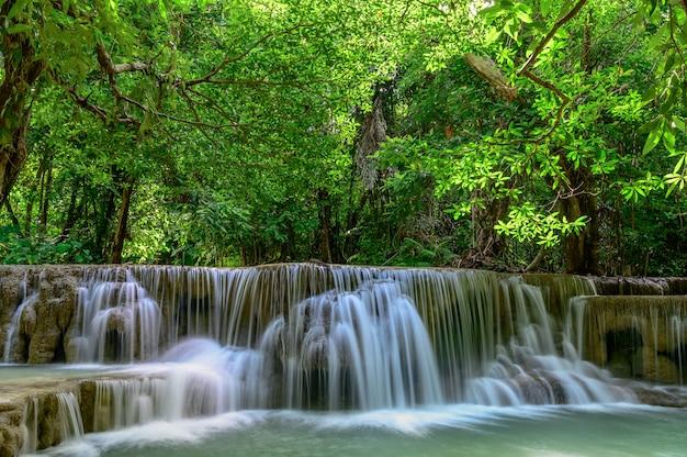 Huay mae kamin cascade dans le parc national d'erawan, province de kanchanaburi, thaïlande.