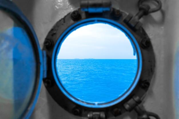 Hublot dans la cabine du ferry. le ferry navigue sur la mer.