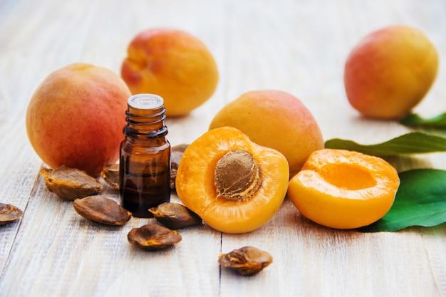Huile d'abricot dans un petit pot. mise au point sélective.