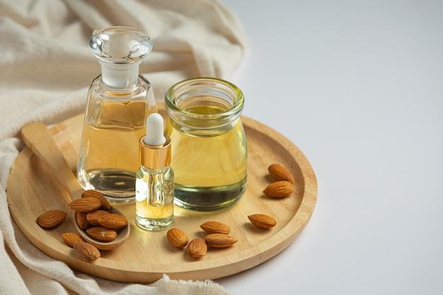L'huile d'amande en bouteille sur fond blanc