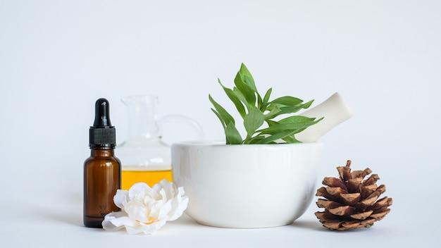 Huile d'aromathérapie au mortier et à la feuille verte naturelle. concept de produit arôme peau beauté spa.