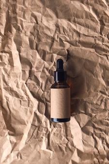 Huile d'arôme naturel dans un flacon compte-gouttes brun en verre ambré