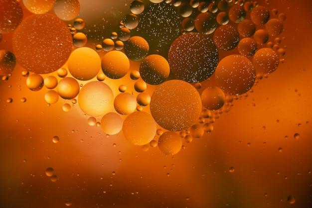 Huile avec des bulles sur un fond coloré