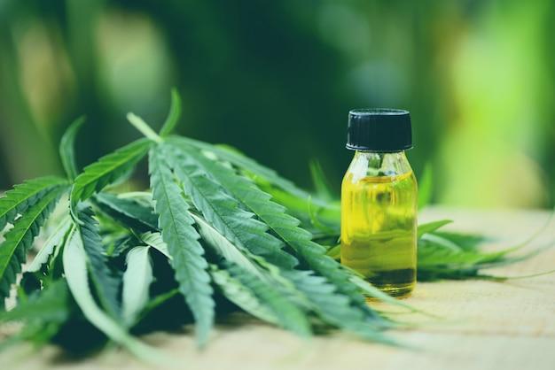 Huile de cannabis sur fond vert nature