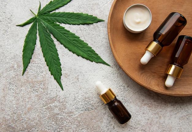 Huile de cbd, teinture de chanvre, produit cosmétique au cannabis pour les soins de la peau. médecine alternative, cannabis médical pharmaceutique.