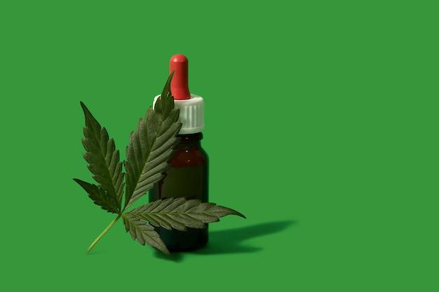 Huile de chanvre cbd, goutte à goutte, bio-médecine et écologie, plante de chanvre, herbe, médicament, huile de cannabis d'extraction médicale