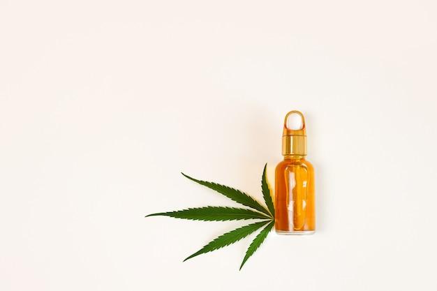 Huile de chanvre et feuille de cannabis isolés sur fond blanc. huile de cannabis saine.