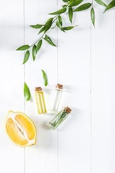 L'huile de citron isolé sur une table en bois blanc